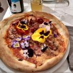 Pizza buonissima e da ammirare. È una gioia dei sensi!