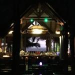Blick von der Lobby durch die Bar aufs Meer