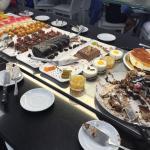 La parte de Restauración deja mucho que desear, en limpieza y calidad, el buffet está lejos del