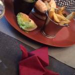 joli burger et belle salade fraiche et croquante