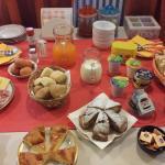 Una colazione da veri campioni... la gentilezza della proprietà poi la fa da padrona... grazie..