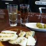 Sherry, dazu Käse und Oliven