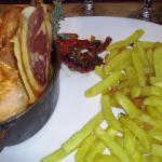 Une côte de cochon grillée, généreuse et goûteuse.