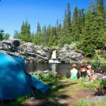 Härlig övernattning i tält vid Fallmoranfallet, bara 3 km promenad från Storhogna