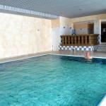 Belle piscine, avec vue panoramique sur les champs de neige