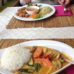 """Vorne im Bild Thai Curry mit veganen Meeresfrüchten, hinten """"Regenbogen""""- Soja Hack Vleisch"""