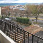 Blick vom Balkon auf Parkplatz, Stadt und Gebirge