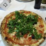 Einer DER besten Pizzen, die wir je gegessen haben . Von Anfang bis Ende knusprig , mehr als gen