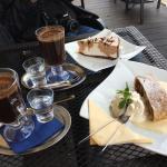 Яблочный штрудель с ванильным соусом и торт из суфле с кофе по-турецки.