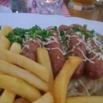 bratwurst mit sauerkraut och pommes frites
