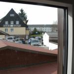 Blick vom Zimmer (1. Etage) auf den Hotelparkplatz auf der Rückseite des Gebäudes