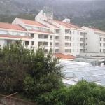 Le site de Drvenik, l'hôtel vu de côté, l'allégorie de la mer