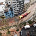 Улица, на которой стоит отель -- вид из окна номера
