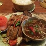Hauptspeiße Ente Vorspeise Suppe und Garnelen .Fotos von Innen Einrichtung