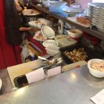 La cuisine ouverte avec la nourriture non stockée au frais avec les couverts sales à côté