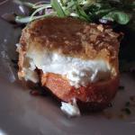 le fromage de chèvre avec chapelure + amendes et la salade composé.