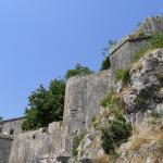 Верхушка ворот и вид на укрепления крепости