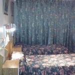 habitacion triple, colchones viejos, decoración antigua