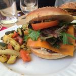 Burger au saumon accompagné de petits légumes délicieux !