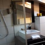 Badezimmer mit Dusche und Whirlpool