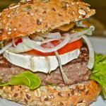 French burger du Mélo Café et sa tranche de fromage de chèvre