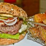 Burger avec bun (pain) bio aux sésames et frites maison