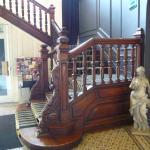 """Escalier à l'accueil petit coté"""" Dowton Abbey""""."""