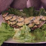 Tartine la force verte, courgettes, œufs brouillés, parmesan.