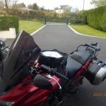 L'entrée du jardin, parking et vue .... sans les motos.