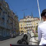 mit der Kutsche vorfahren, links das Hotel