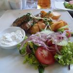 Schab grillowany z ziemniakami opiekanym i sałatami