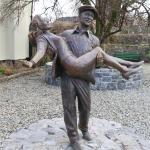 Statue of John Wayne and Maureen O'Hara