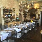 la salle à manger de l'Auberge avec la table d'hôte central