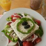 Salade grecque, jus d'orange pressé et chocolat glacé