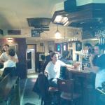 Bar en marbre, deco vintage, ambiance chill et decontracte...