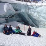 Naast de piste een kloof van de gletsjer