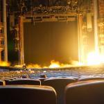 開演前の待ち時間中にたまに舞台で火が噴き上がります。