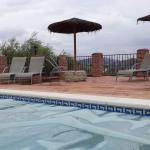 Zwembad met parasols en ligbedden.