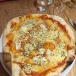 Pizza aux 4 fromages et cuisses de canard confit