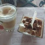Capuchino Grande y Helado de Chocolate.