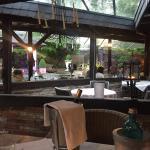 Auch bei Regen kann man wunderschön draußen überdacht dinieren.