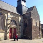 Belle église traditionnelle bretonne au milieu d'une place piétonne pittoresque
