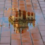Reflet de la Giralda sur une flaque d'eau de la terrasse