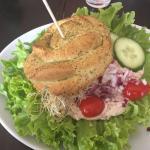 Hjemmebagt spinatbolle med tun fyld og kylling. Imponerende kaffebord og rummelig cafe med god p