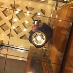 Im Aufzug fiel der Reflektor samt schwerer Halterung runter - knapp an mir vorbei - Dangerous !!