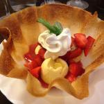 fine crêpe, fraises, coulis de fraise, glace vanille maison, et chantilly maison