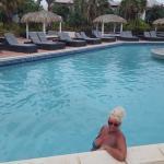 Bij het zwembad