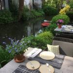 Rustig ontbijten op het mooiste terrasje van Brugge .