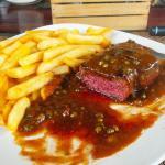 Das ganze Steak medium, wie gewünscht. Voll lecker.
