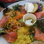 Une pièce de taureau avec ses pâtes au pesto et la salade de nimes et une salade dolce.. Une add